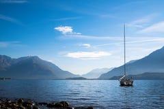 科莫湖看法有小船的 免版税库存图片