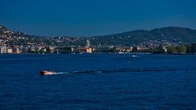 科莫湖边平地看法,有一艘典型的木汽艇的 como意大利湖 免版税图库摄影