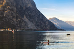 科莫湖, ITALY/EUROPE - 10月29日:划皮船在科莫湖Lec 免版税库存图片