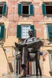 贾科莫・普奇尼雕象在他的出生地前面的在卢卡,意大利 图库摄影