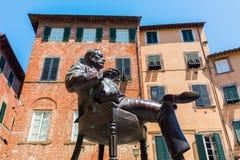 贾科莫・普奇尼雕象在他的出生地前面的在卢卡,意大利 免版税库存图片