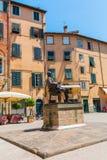 贾科莫・普奇尼雕象在他的出生地前面的在卢卡,意大利 库存图片