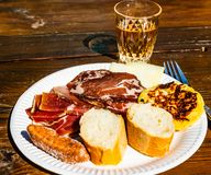 科西嘉岛传统早餐和酒 免版税库存图片