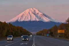 科里亚克火山火山,路彼得罗巴甫洛斯克Kamchatsky - Elizovo 10第17 20 2009 4000在灰威严的美好的圆锥形考虑的日放射爆发之上扩大了高度堪察加kamchatskiy km多数nw发生一彼得罗巴甫洛斯克照片被到达的俄国海运stra 库存图片