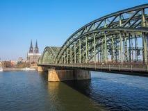 科隆在有著名大教堂和桥梁的德国 免版税库存图片