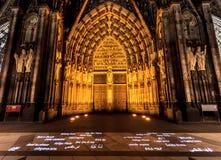 科隆大教堂、北莱茵-威斯特伐利亚州、科隆& x28的西部入口的夜场面; Koln& x29; 德国,欧洲 库存图片