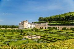 科隆比耶尔,法国城堡的美丽的庭院  免版税图库摄影