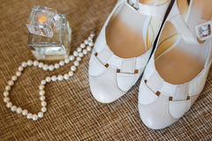 科隆香水瓶和鞋子 库存照片