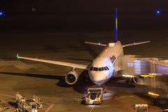 科隆,北莱茵-威斯特法伦/德国- 26 11 18:在机场科隆香水波恩德国的汉莎航空公司飞机在晚上 免版税图库摄影