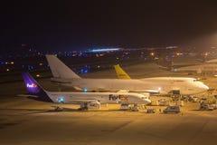 科隆,北莱茵-威斯特法伦/德国- 26 11 18:在机场科隆香水波恩德国的联邦快递公司aiplane在晚上 库存照片