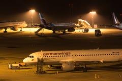 科隆,北莱茵-威斯特法伦/德国- 26 11 18:在机场科隆香水波恩德国的germanwings飞机在晚上 免版税库存照片