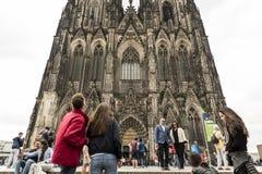 科隆,德国, 2017年7月2日:观看著名大教堂的很多未认出的游人在科隆 库存图片