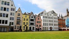 科隆,德国- 2018年5月31日:房子门面照片传统德国样式的在城市的莱茵河江边 库存图片