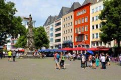 科隆,德国- 2018年5月31日:走在老市场上的人们修改Markt广场,科隆,德国 库存照片