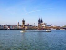 科隆,德国- 2012年2月08日:两个教会 圣马丁教会和一起站立在地平线的伟大的大教堂, 库存图片