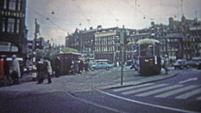 科隆,德国- 1966年:早晨街道作为城市醒的市郊运输积土 股票录像