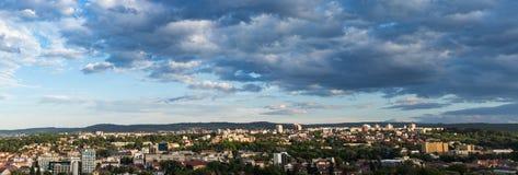 科鲁Napoca市全景如被看见从Cetatuia小山近  库存照片