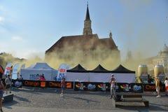 从科鲁Napoca, 6月的13日2015罗马尼亚的圣迈克尔的教会在颜色期间跑事件 免版税图库摄影
