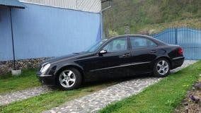 科鲁Napoca/罗马尼亚- 2017年5月01日:奔驰车W211 -年2004年,先驱设备,双重遮阳篷顶给破折号,围场上釉 免版税库存照片