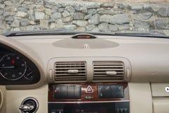 科鲁Napoca/罗马尼亚3月01日2018年:奔驰车W203年2006年,高雅设备; 豪华皮革米黄内部,激昂的位子 免版税库存照片