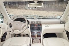 科鲁Napoca/罗马尼亚3月01日2018年:奔驰车W203年2006年,高雅设备; 豪华皮革米黄内部,激昂的位子 免版税库存图片