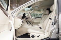 科鲁Napoca/罗马尼亚3月01日2018年:奔驰车W203年2006年,高雅设备; 豪华皮革米黄内部,激昂的位子 图库摄影
