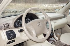 科鲁Napoca/罗马尼亚3月01日2018年:奔驰车W203年2006年,高雅设备; 豪华皮革米黄内部,激昂的位子 免版税图库摄影