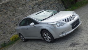 科鲁Napoca/罗马尼亚5月9日2017年:丰田Avensis轿车执行委员-年2010年,改造设备,银色金属,合金转动 库存照片