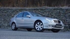 科鲁Napoca/罗马尼亚3月31日2017年:奔驰车W203 -年2005年,先驱设备,在岩石墙壁p附近的银色金属油漆 免版税库存图片