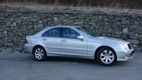 科鲁Napoca/罗马尼亚3月31日2017年:奔驰车W203 -年2005年,先驱设备,在岩石墙壁p附近的银色金属油漆 库存照片