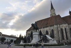 科鲁Napoca RO, 9月23th日:Matei Corvin纪念碑和教会圣迈克尔在从特兰西瓦尼亚地区的科鲁Napoca在罗马尼亚 免版税库存照片