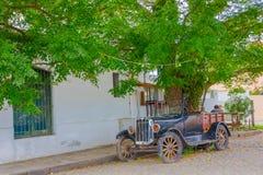 科洛尼亚德尔萨克拉门托,乌拉圭- 2016年5月04日:精密经典汽车停放了一个古老房子外 免版税库存图片