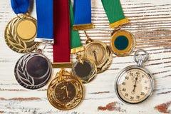秒表和体育奖牌 免版税库存照片