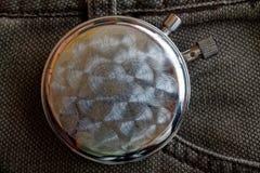 秒表,在棕色牛仔布背景、价值措施时间、老时钟箭头分钟和第二个准确性定时器纪录-后部 免版税库存图片