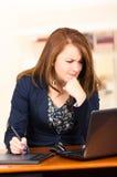 秘书与膝上型计算机和片剂一起使用 库存图片