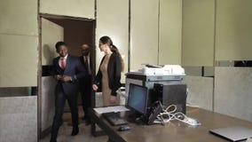秘书在会议的办公室邀请两个商人 股票录像