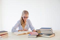 秘书读书的企业女孩为检查做准备 免版税库存照片