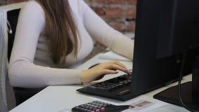 秘书键入信息到有键盘的计算机并且检查它与老鼠 影视素材