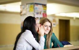 秘密共享的妇女年轻人 免版税库存图片