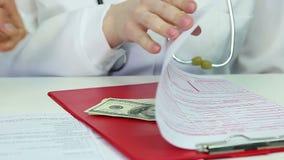 秘密地捐钱的患者给贿赂医生,在医学,昂贵的医疗保健的 股票录像