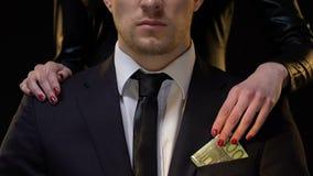 秘密地采取从男性衣服的棘手的夫人欧元,金钱的,特写镜头联系 股票视频