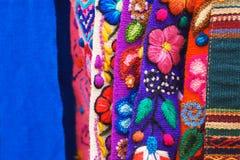 秘鲁传统五颜六色的当地工艺品织物在市场上在马丘比丘,一新的七奇迹  免版税图库摄影