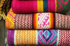 秘鲁传统五颜六色的当地工艺品织物在市场上在马丘比丘,一新的七奇迹  免版税库存照片