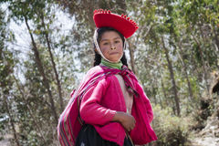 秘鲁女孩在五颜六色的传统手工制造成套装备穿戴了 免版税图库摄影