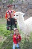 秘鲁妇女和孩子有羊魄的 免版税库存照片