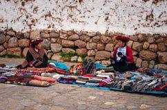 秘鲁妇女在市场, Chinchero,库斯科,秘鲁上 免版税库存照片
