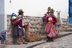 秘鲁妇女在Cuzco -秘鲁 免版税库存图片