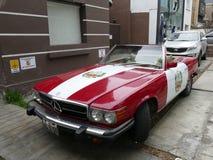 秘鲁旗子颜色奔驰车450 SL在利马 免版税库存图片