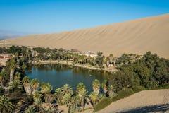 秘鲁海岸的Huacachina盐水湖在Ica秘鲁 库存图片