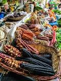 秘鲁玉米在一个小镇农夫`市场上 免版税库存照片